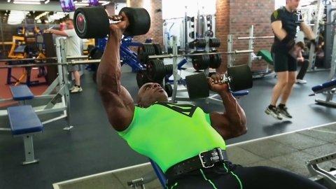Необычная тренировка мышц груди от Тони Фримена